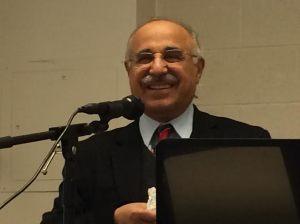 دکتر محمد اقتداری در هنگام سخنرانی در کانون. دوشنبه اول دسامبر ۲۰۱۴